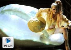 第53届格莱美 Lady Gaga破蛋而出震全场