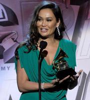 第53届格莱美 提亚-卡蕾埃夺得最佳夏威夷音乐专辑