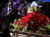 迈克尔杰克逊去世 亚瑟小子抚摸杰克逊灵柩