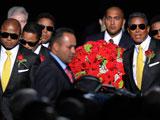 迈克尔杰克逊去世 杰克逊兄弟手捧鲜花入场