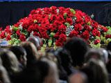 迈克尔杰克逊去世 舞台前人头攒动鲜花缤纷